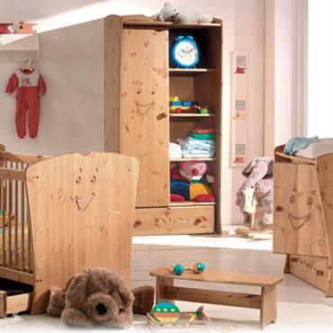 Chambre de bébé au mobilier en bois massif pour une ambiance douce et riante