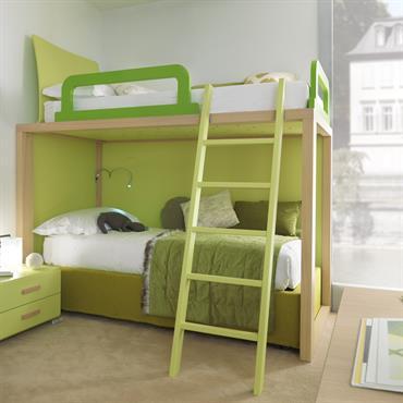Lits jumeaux avec échelle d'accès et table de chevet avec tiroirs dans une couleur vert tendre idéale pour une chambre mixte pour deux enfants.