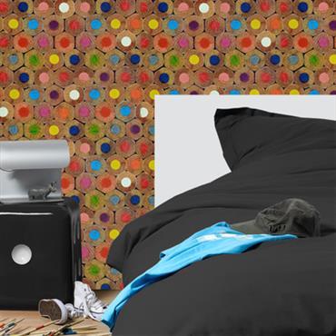 Chambre avec murs couverts d'un papier peint aux motifs crayons de couleur