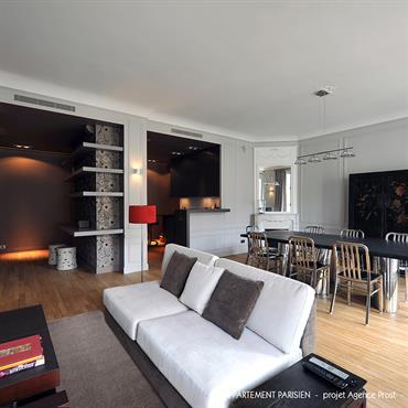 Vaste espace de réception convivial, fonctionnel et ouvert, uniquement délimité par des jeux de faux-plafonds et de couleurs contrastées.