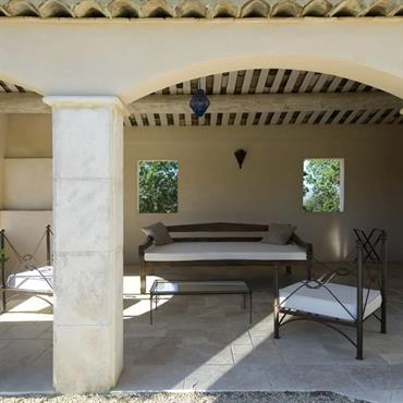 Luxe, calme et volupté dans cet espace terrasse couvert avec dalles en pierre naturelle et charpente traditionnelle apparente.