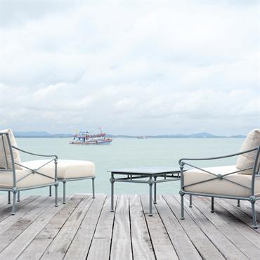 Salon classique composé de canapés en aluminium bleu-gris et tissu crème