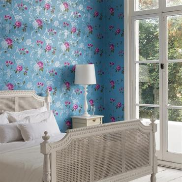 Chambre romantique avec papier peint à fleurs