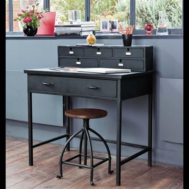 Avec sa structure métallique et ses formes industrielles, le meuble secrétaire EDISON est le bureau parfait pour les intérieurs contemporains. Un grand tiroir, 5 petits casiers, il fera un meuble ...