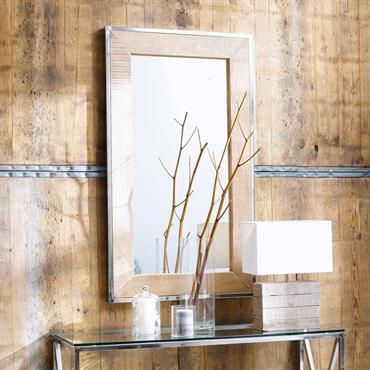 Donnez une impression de grandeur à votre intérieur contemporain avec le miroir Helsinki. Ce miroir rectangulaire est doté d'un encadrement en bois de manguier souligné par une baguette en métal ...