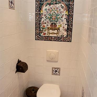 Toilettes avec faience murale au décor oriental