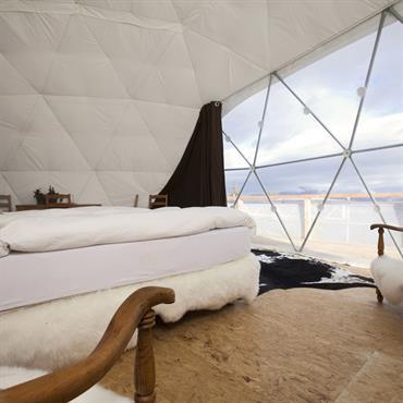 Chambre cocooning aux tons clairs dans une maison bulle