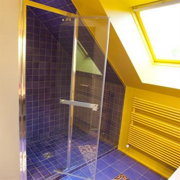 Pour la salle de bain à l'étage, un tapis fleuri de carreaux ciments et des zelliges marocains pour le miroir. Le chêne clair du meuble de lavabo se marie avec ...