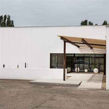 Le projet s'organise le long d'une diagonale de jardins et patios intérieurs qui apportent toute la luminosité nécessaire. La façade, rythmée par des habillages en acier brut et de grands ...