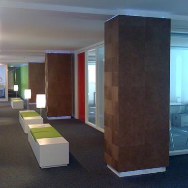 Couloir avec bancs. Blanc, marron, rouge, vert, gris