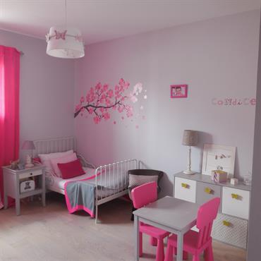 Chambre de fille aux murs gris et fushia