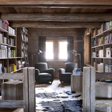 Havre de paix et de lecture, cette bibliothèque tout en bois dégage une sérénité enveloppée d'un charme très rustique.