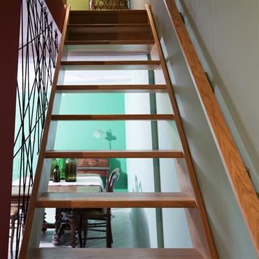 Escalier original en bois et ficelle tendue