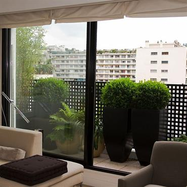 Terrasse moderne avec garde-corps en métal noir