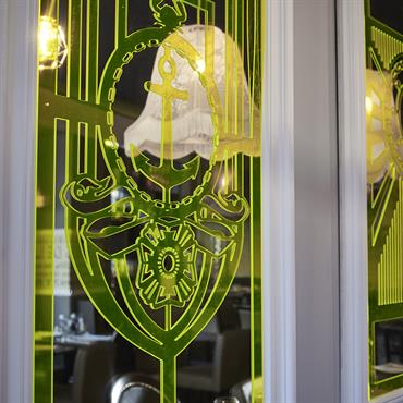 Détail du miroir avec une empreinte en plexiglas jaune impri