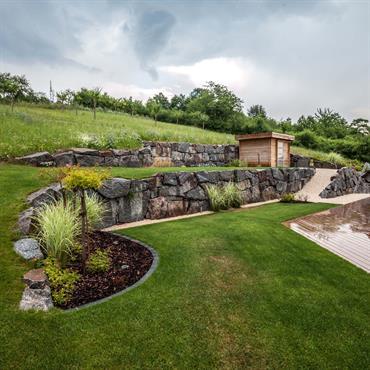 Terrain dénivelé, pelouse et pierres