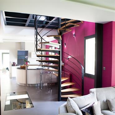 Pièce à vivre fuchsia avec escalier hélicoïdal