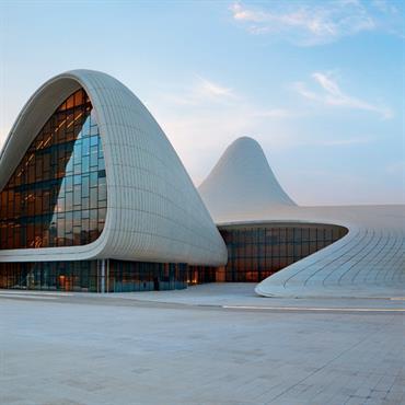 Centre culturel Heydar-Aliyev dans la capitale de l'Azerbaïdjan par l'architecte Zaha Hadid
