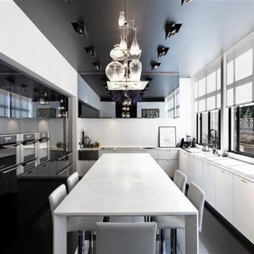 Grande cuisine contemporaine noire et blanches. Portes laquées noires.
