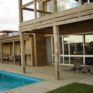Maison en bois, avec grande terrasse et piscine