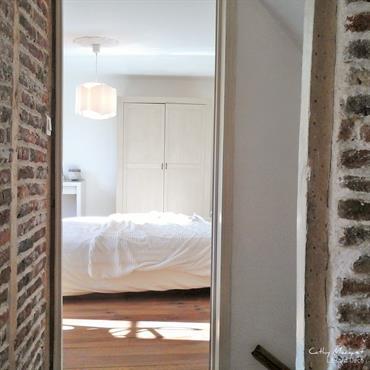 Couloir en briques menant à la chambre