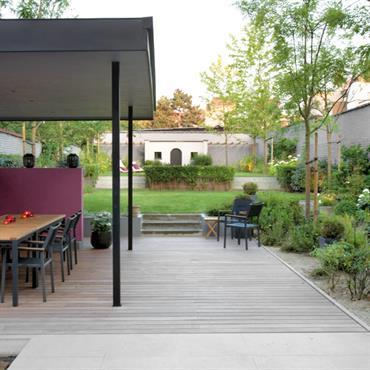 Terrasse en alcôve ouverte sur le jardin verdoyant
