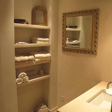 Salle de bain claire avec touches orientales apportées par les miroirs