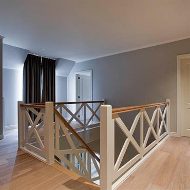 Couloir avec escalier en bois