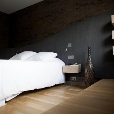 Simplicité et modernité avec cette tête de lit en bois gris