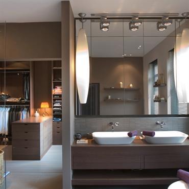 Grand espace semi-ouvert salle de bain dressing