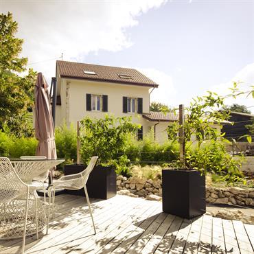 Terrasse moderne en bois, clôture végétalisée