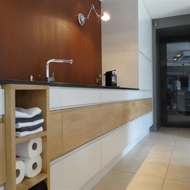 Côté évier, une crédence à effet rouillé accentue le design de la cuisine.