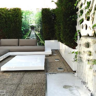 Espace lounge contemporaine en terrasse, chute d'eau