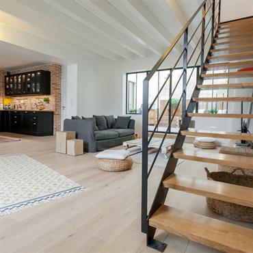Pièce à vivre avec cuisine industrielle et grand escalier moderne