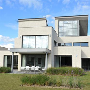 Maison en parements de briques à l'architecture ouvertement contemporaine
