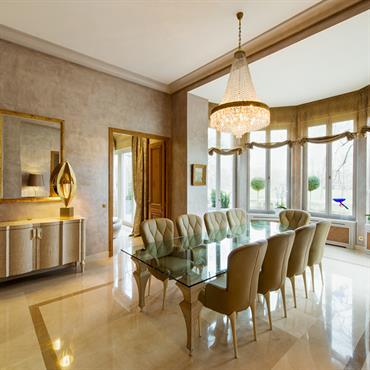 Salle à manger de style classique et luxueux aux tons dorés