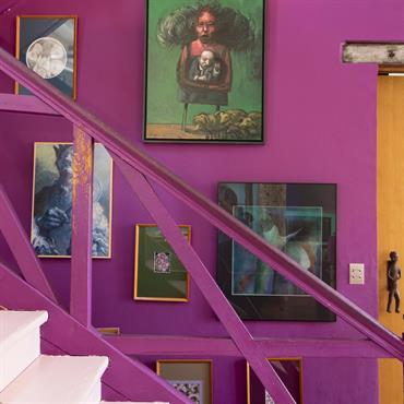 L'escalier peint de la même couleur que le mur crée un effet de profondeur