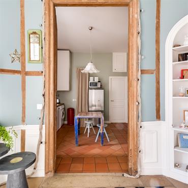 Entrée chaleureuse en bleu ciel et bois clair, aménagement de niche en étagère