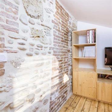 Bureau aménagé en soupente avec mur ancien en pierre