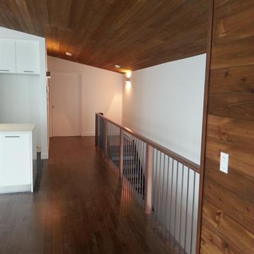 Couloir en bois et peinture blanche