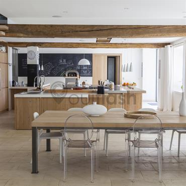 Salle à manger et cuisine à dominance de bois clair