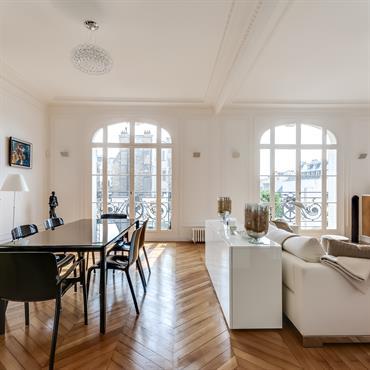 Un grand espace salon - salle à manger a été créé en supprimant la cloison délimitant le séjour double.