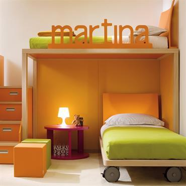 Un mobilier de chambre pour deux enfants malin et évolutif avec un lit mezzanine accessible par un escalier avec tiroirs intégrés et un lit à roulettes.