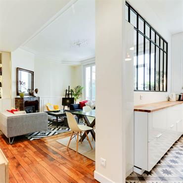Pièce à vivre avec mélange de styles pour un look contemporain - Vue avec cuisine séparée par une verrière industrielle