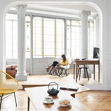 Salon moderne ouvert sur le bureau. Intérieur à colonnades