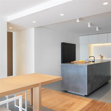 La circulation marquée sépare la cuisine de la salle à manger