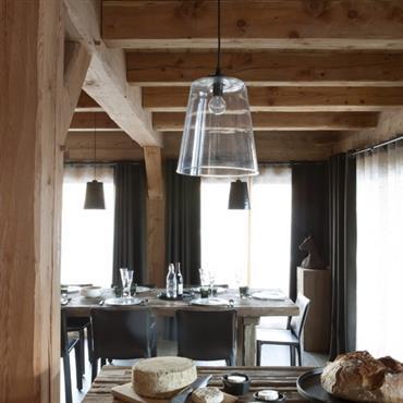 La salle à manger offre la rusticité qui convient à l'ambiance terroir et les lignes, matières et coloris contemporains pour une ambiance aux lignes et au confort actuels.