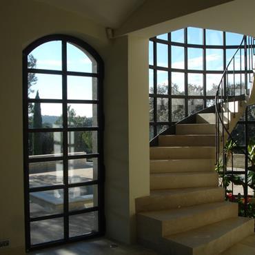 Escalier en pierre longeant la verrière