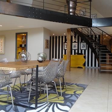 Salle à manger avec mezzanine, monochrome avec touches de jaune
