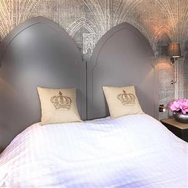 Chambres rappelant l'imaginaire des châteaux. Papier peint voûtes en tête de lit.